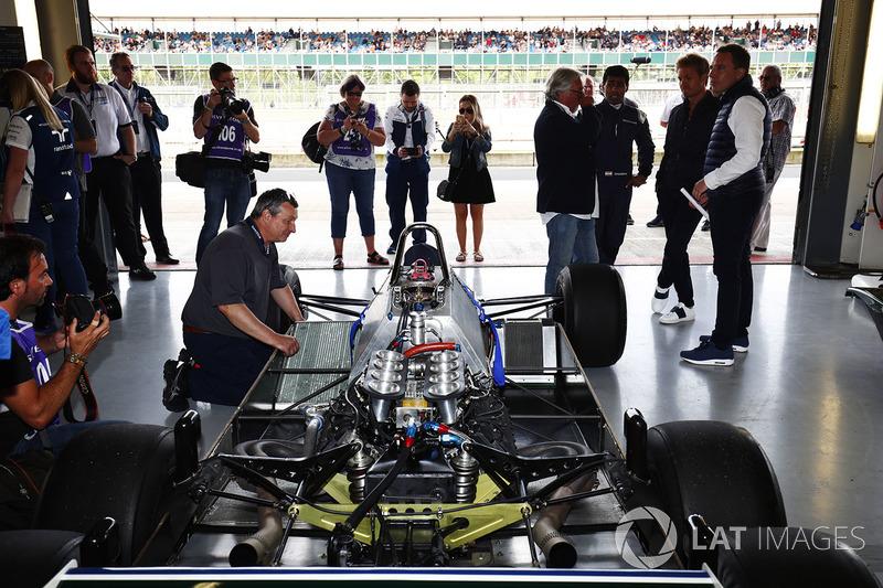 Altı tekerlekli Williams FW08, Karun Chandhok, Keke Rosberg ve Nico Rosberg watch on