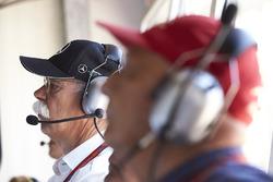 El Dr. Dieter Zetsche, CEO, Mercedes Benz, Niki Lauda, Presidente no ejecutivo de Mercedes AMG F1