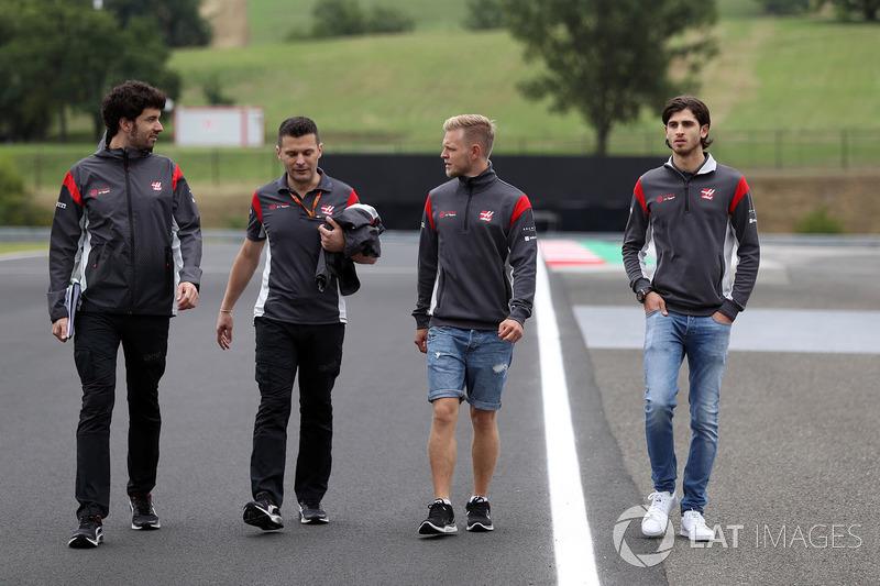 Kevin Magnussen, Haas F1 and Antonio Giovinazzi, Haas F1 camina en la pista