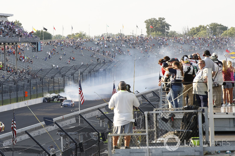 Crash: Kurt Busch, Stewart-Haas Racing Ford