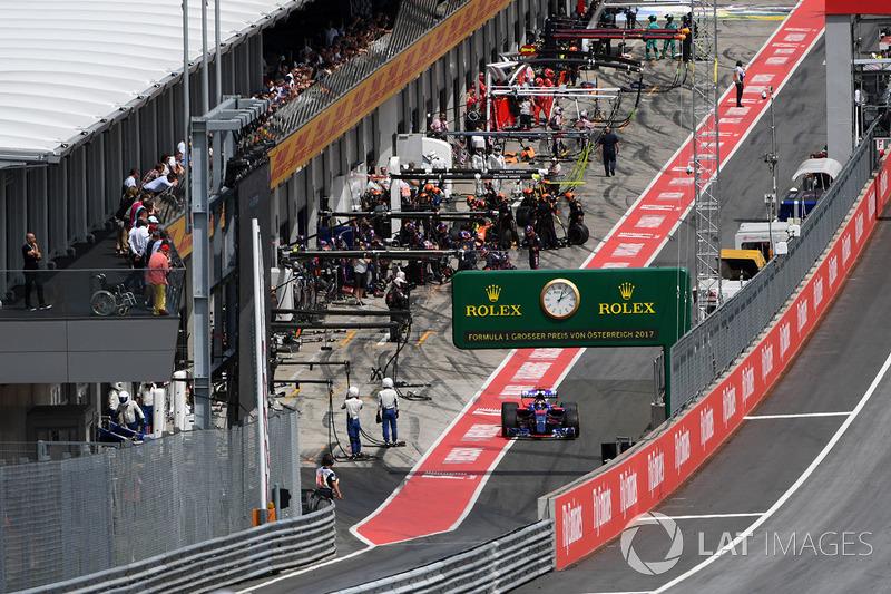 Карлос Сайнс-молодший, Scuderia Toro Rosso STR12, залишає піт-лейн