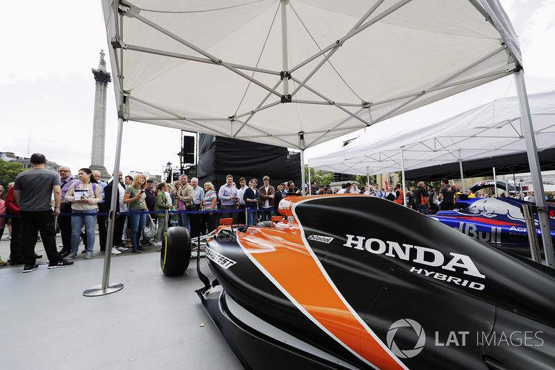 Уболівальники, McLaren MCL32
