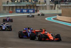 Stoffel Vandoorne, McLaren MCL32, Pierre Gasly, Scuderia Toro Rosso STR12