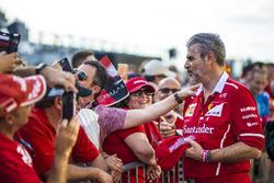 Maurizio Arrivabene, Team Principal Ferrari firma autografi ai fan