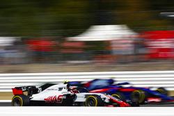 Kevin Magnussen, Haas F1 Team VF-18, et Pierre Gasly, Toro Rosso STR13
