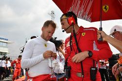 Sebastian Vettel, Ferrari, en la parrilla con su ingeniero Riccardo Adami.