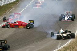 Stefan Johansson, Ferrari F186 glijdt de eerste bocht in na een aanrijding met Teo Fabi, Benetton B186 BMW bij de start
