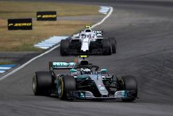 Valtteri Bottas, Mercedes-AMG F1 W09 en Sergey Sirotkin, Williams FW41