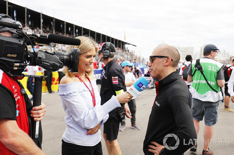 TV Presenter Nicki Shields, talks with Michael Carcamo, Nissan Motorsport, on the grid