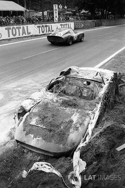 O carro queimado Ferrari 250P #0812 de John Surtees y Willy Mairesse pasa pela Ferrari 250 GTO #4293GT de Jean Beurlys e Gerard Langlois von Ophem