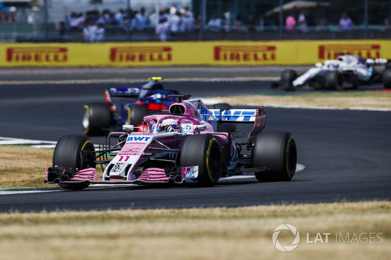 Sergio Perez, Force India VJM11, precede Pierre Gasly, Toro Rosso STR13