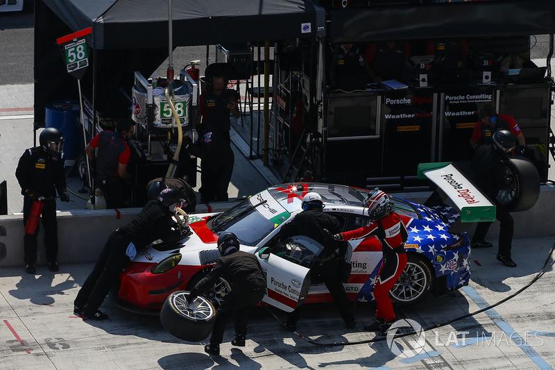 #58 Wright Motorsports Porsche 911 GT3 R, GTD: Patrick Long, Christina Nielsen, Robert Renauer, Pit Stop