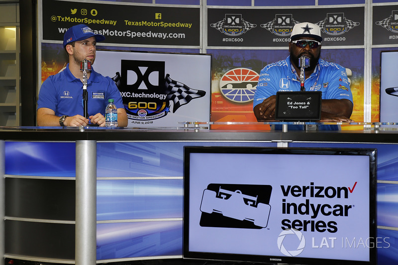 Ed Jones, Chip Ganassi Racing Honda in una conferenza stampa con l'ex defensive end dei Dallas Cowboys, Ed Too Tall Jones