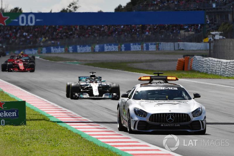Safety Car lidera el campo al inicio de la carrera