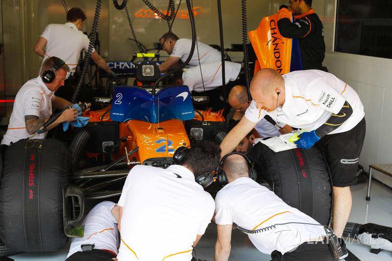 Los ingenieros trabajan en el automóvil de Stoffel Vandoorne, McLaren MCL33