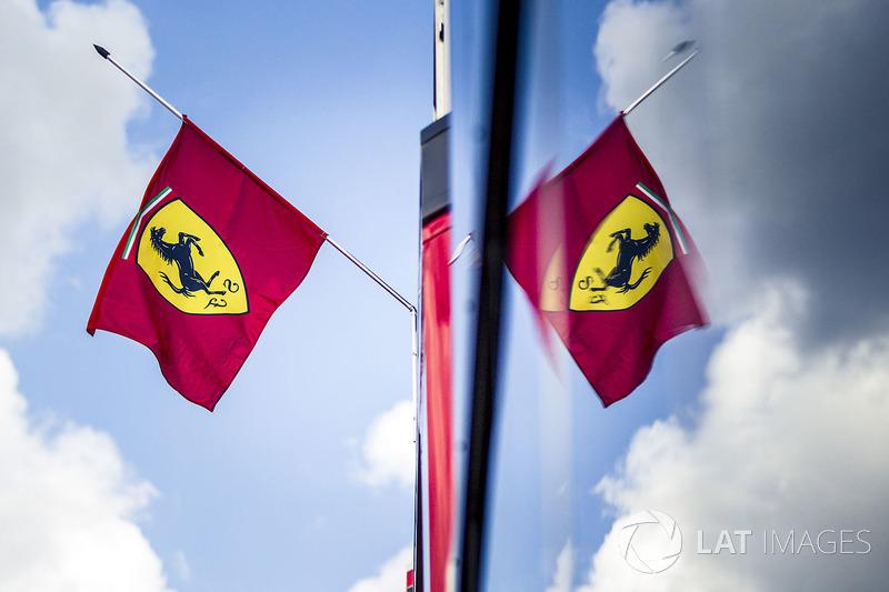 Bendera Ferrari setengah tiang, tanda berkabung meninggalnya Sergio Marchionne