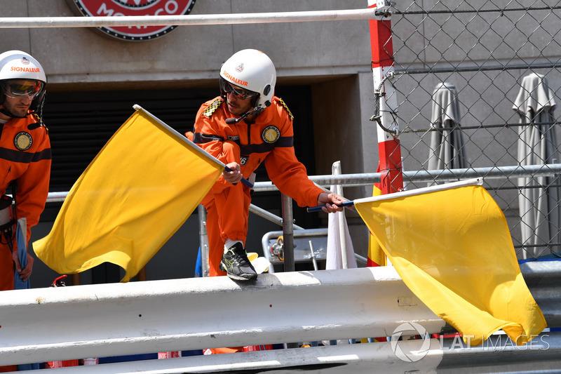 Les commissaires agitent les drapeaux jaunes après le crash de Max Verstappen, Red Bull Racing RB14