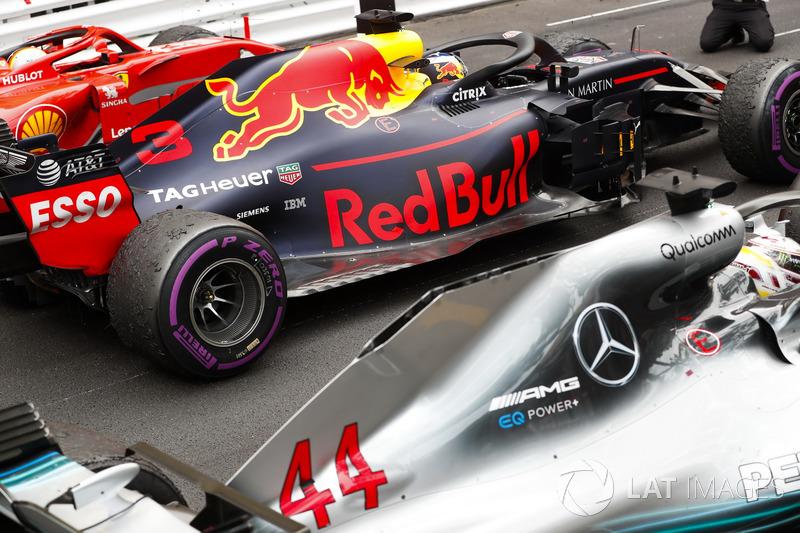 Segundo puesto Sebastian Vettel, Ferrari SF71H, ganador de la carrera Daniel Ricciardo, Red Bull Racing RB14, tercer puesto Lewis Hamilton, Mercedes AMG F1 W09, llega al Parc Ferme