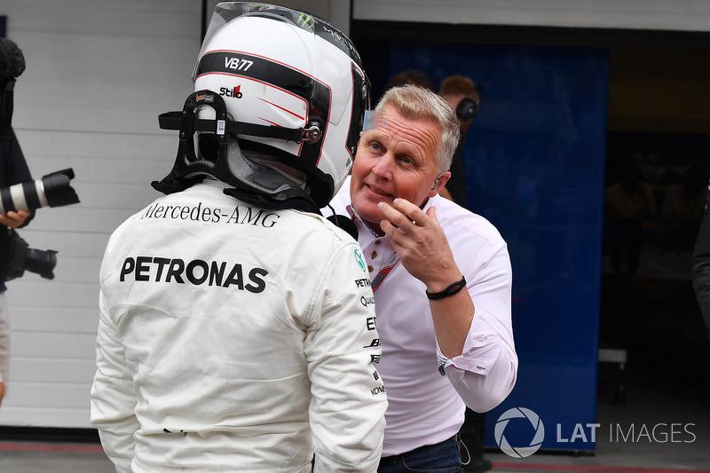 Johnny Herbert, Sky TV ve pole Valtteri Bottas, Mercedes AMG F1, parc ferme