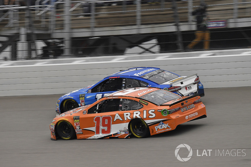 Daniel Suarez, Joe Gibbs Racing, Toyota Camry ARRIS e Ricky Stenhouse Jr., Roush Fenway Racing