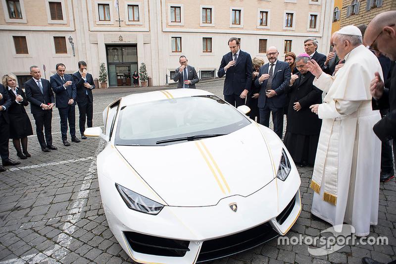 Папа Франциск благословляє Lamborghini Huracan