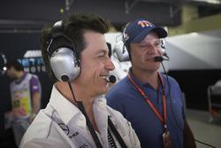 Toto Wolff, director ejecutivo de Mercedes AMG F1, con Rubens Barrichello