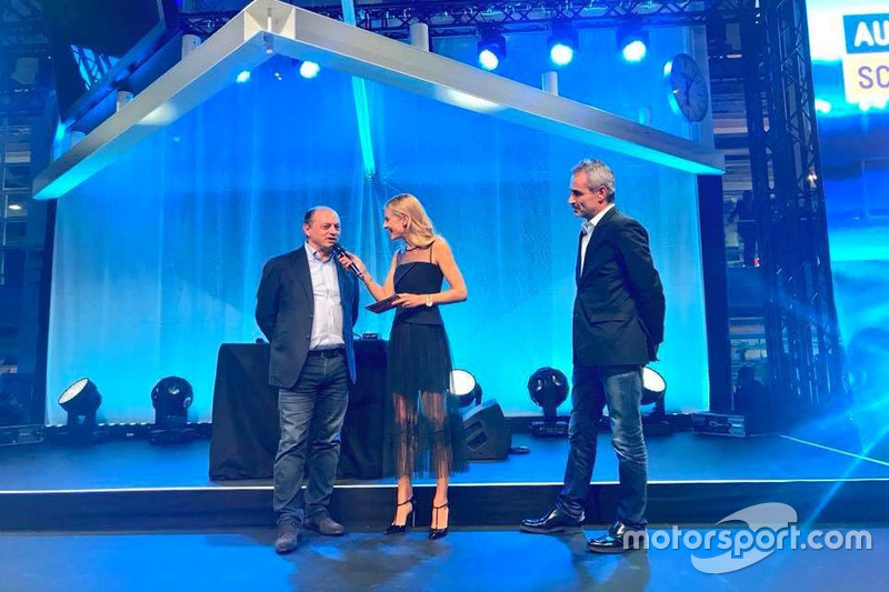 Fréderic Vasseur, CEO e team principal del Sauber F1 Team, con la presentatrice Christa Rigozzi e il direttore tecnico della squadra Beat Zehnder