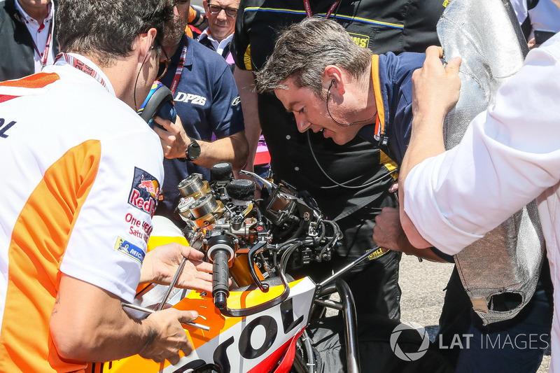 Les mécaniciens travaillent sur la moto de Dani Pedrosa, Repsol Honda Team sur la grille
