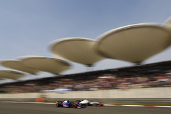 Romain Grosjean, Haas F1 Team VF-18 Ferrari, battles with Pierre Gasly, Toro Rosso STR13 Honda