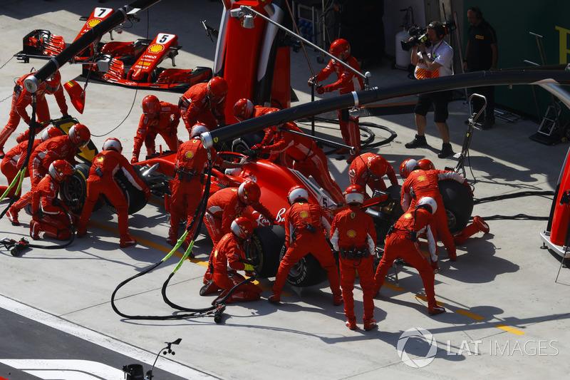Sebastian Vettel, Ferrari SF71H, au stand