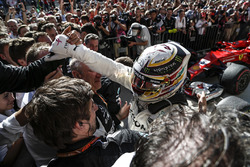 Race winner Lewis Hamilton, Mercedes AMG F1 celebrates in parc ferme with the team