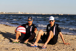 Esteban Ocon, Force India, Sergio Pérez, Force India en la playa
