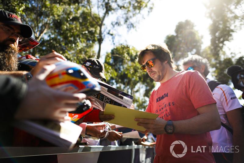 Fernando Alonso, McLaren, signe des autographes
