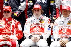 Pilotlar grup fotoğrafı: ilk sırada 2017 şampiyonluk mücadelesi pilotları Kimi Raikkonen, Ferrari F2007, Fernando Alonso, McLaren MP4-22 ve Lewis Hamilton, McLaren MP4-22