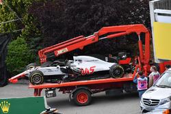 Разбитый автомобиль Haas F1 Team VF-18 Ромена Грожана