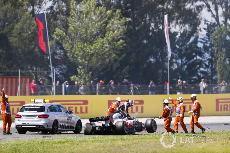 Romain Grosjean, Haas F1 Team, sort de sa voiture après l'accident du premier tour