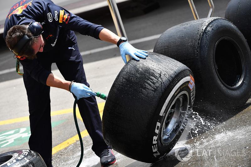 Mekanik Red Bull Racing mencuci ban Pirelli
