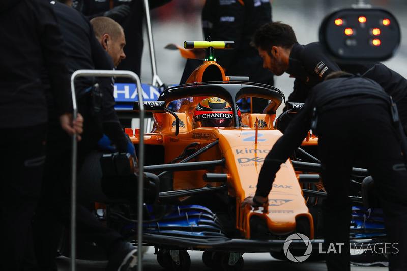 Stoffel Vandoorne, McLaren MCL33 Renault, in the pit lane