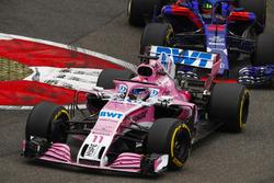 Sergio Perez, Force India VJM11, devant Brendon Hartley, Toro Rosso STR13 Honda