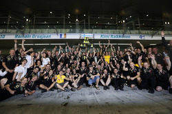 Kimi Raikkonen, Lotus F1 Team, festeggia con il team