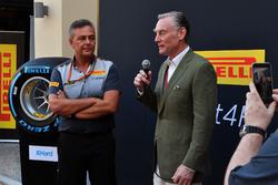 Sean Bratches, Formule 1 commercieel directeur, Mario Isola, Pirelli sportief directeur, tijdens de presentatie van de 2018-banden