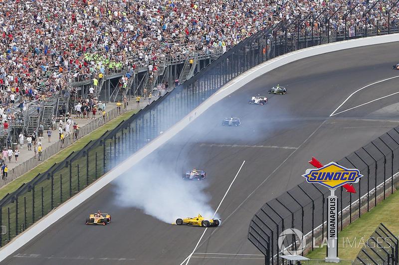 Helio Castroneves, Team Penske Chevrolet kecelakaan