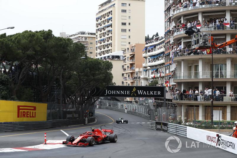 Kimi Raikkonen, Ferrari SF71H, delante de Valtteri Bottas, Mercedes AMG F1 W09
