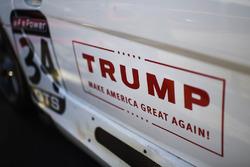 Лого компанії Дональда Трампа на дверцятах