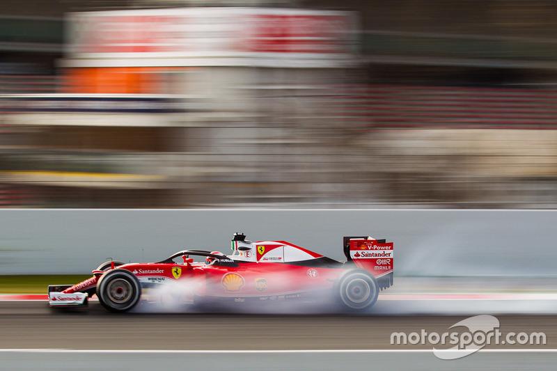 Kimi Raikkonen, Ferrari SF16-H corriendo con la cabina de Halo tapa cerraduras en la frenada