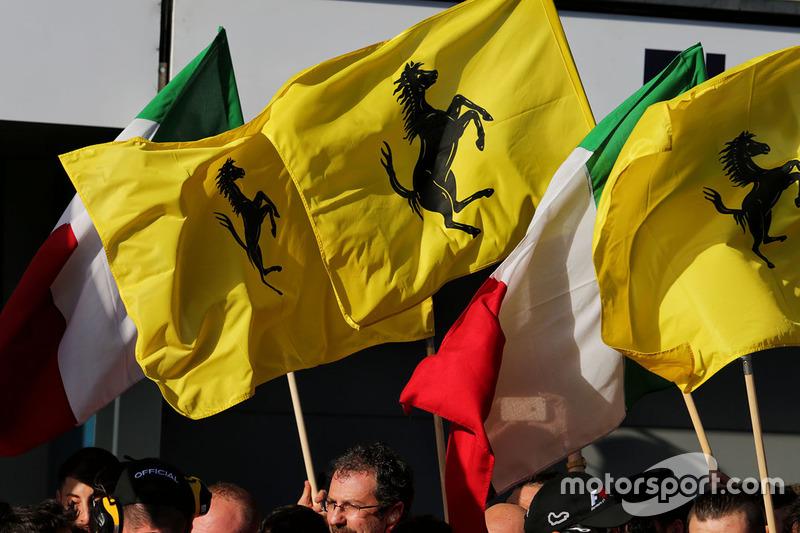 Ferrari celebra en el podio con banderas