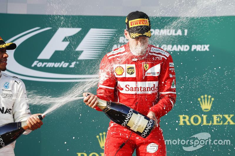 Lewis Hamilton, Mercedes AMG, festeja con Sebastian Vettel, Ferrari