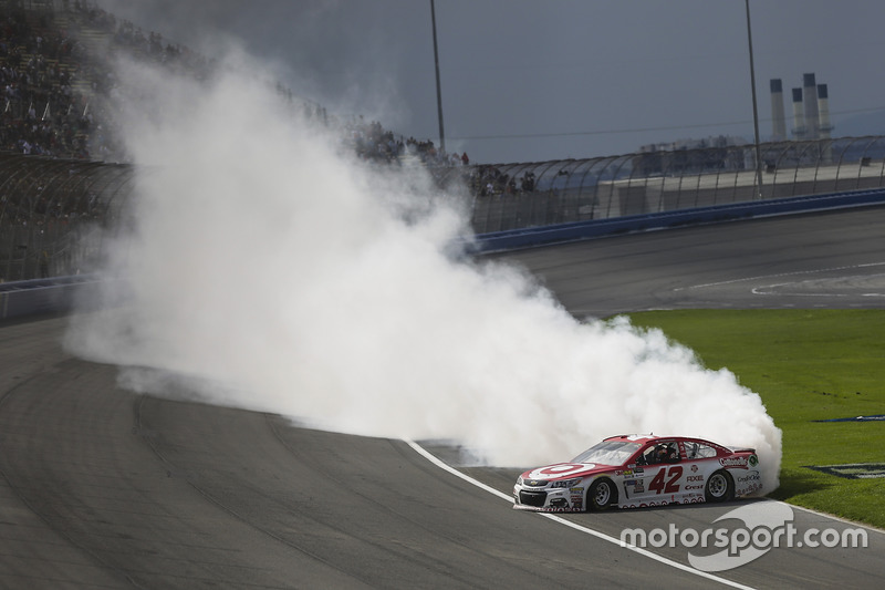 Kyle Larson, Chip Ganassi Racing Chevrolet celebra la victoria