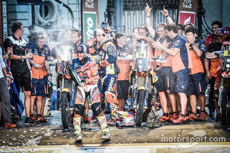 Ganadores #14 Red Bull KTM Factory Racing: Sam Sunderland y #16 Red Bull KTM Factory Racing: Matthias Walkner con el equipo