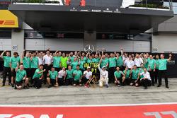 Переможець гонки Валттері Боттас, Mercedes AMG F1, Льюіс Хемілтон, Mercedes AMG F1, та команда